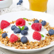 Close-up di muesli fatti in casa con yogurt, lampone, mirtillo — Foto Stock