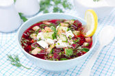 冷甜菜根汤与黄瓜、 鸡蛋和草药 — 图库照片