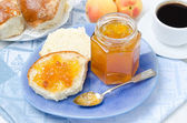 Sweet bun with apricot jam and coffee for breakfast, horizontal — Stock Photo