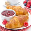 Delicious breakfast - fresh croissant with raspberry jam, coffee — Stock Photo