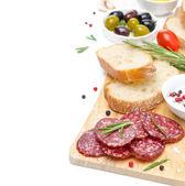 前菜 - サラミ、パン、オリーブ、トマトの白で隔離されます。 — ストック写真