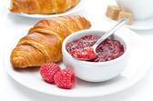 Taze kahvaltı - ahududu reçeli ve kruvasan bir plaka üzerinde — Stok fotoğraf