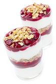 слоистых десерт, йогурт, мюсли и черри — Стоковое фото