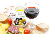 Glass of red wine and appetizers - cheese, bread, salami, olives — Photo