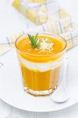 тыквенный суп с креветками, йогурт и розмарина в стакан — Стоковое фото