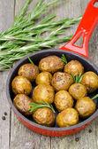 在煎锅垂直迷迭香烤的土豆 — 图库照片