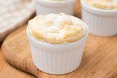 Pfirsich soufflé in portionierte form auf einem holzbrett, nahaufnahme — Stockfoto