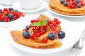 śniadanie z naleśnikami i świeże jagody — Zdjęcie stockowe