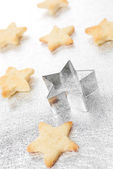 Christmas cookies stars and the baking dish on silver — Stockfoto