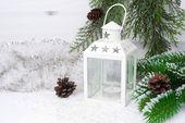 Brandende lantaarn, vuren takken met kegels en kerstmis klatergoud — Stockfoto