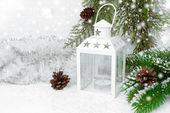 Spalanie latarnia, świerk oddziałów z szyszek i Blichtr Boże Narodzenie — Zdjęcie stockowe