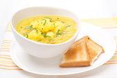 Sopa de couve-flor com curry e brinde — Fotografia Stock