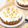 Mini carrot cakes decorated with cream of mascarpone, honey — Foto Stock