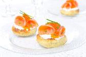 Apéritif - pain de pommes de terre salées caviar de saumon, rouge — Photo