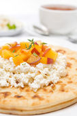 Flat bread with cottage cheese, honey, nuts, fresh peaches — Stock Photo