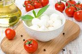 在一碗、 樱桃西红柿和橄榄油的新鲜奶酪 — 图库照片