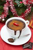 Horká čokoláda s chilli, skořice a vánoční pozlátko — Stock fotografie