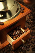 Old coffee grinder and coffee beans, close-up — Stock Photo