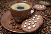 Tazza di caffè e natale biscotti su chicchi di caffè — Foto Stock