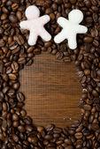 Socker i form av små män på kaffebönor — Stockfoto