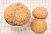 Delicious oatmeal cookies in a bowl, selective focus — Stock Photo