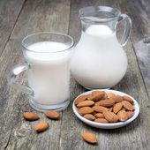 Krug und glas tasse mit mandelmilch — Stockfoto