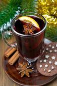 Navidad caliente vino con especias en vidrio y galletas de chocolate — Foto de Stock