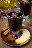 Christmas mulled wine with spices in glass and cookies — Stock Photo