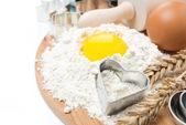 小麦粉、卵、ローリングピン、木の板にベーキング フォーム — ストック写真
