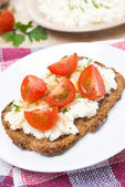 Sandwich with homemade cottage cheese, pepper and cherry tomato — Stok fotoğraf