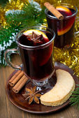 Two glasses of mulled wine with spices in glass and cookies — Foto Stock
