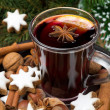 Cup of mulled wine, cookies in the shape of stars and spices — Stock Photo