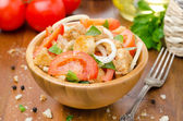 Italian salad panzanella with tomatoes, onions and croutons — Stock Photo