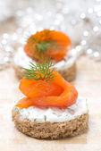 Appetizer - canape with rye bread, cream cheese, salmon — Stock Photo