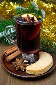 Weihnachten-glühwein mit gewürzen und cookies — Stockfoto