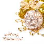 Kompozycja z boże narodzenie ball w odcieniach złota, na białym tle — Zdjęcie stockowe