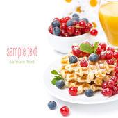 Waffle, çilek ve portakal suyu ile lezzetli breakfast — Stok fotoğraf