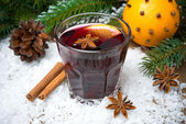 Spicy mulled wine in the glass in the snow — Stock Photo