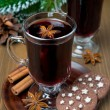 Christmas mulled wine with spices in glass and chocolate cookies — Foto de Stock