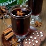圣诞乐舞酒用香料在玻璃和巧克力饼干 — 图库照片