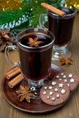 Vánoční svařené víno s kořením v skla a čokoládové cookies — Stock fotografie