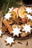 Cookies in the shape of stars with icing and spices — Stock Photo