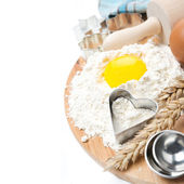 Flour, eggs, rolling pin, measuring spoons and baking forms — Stockfoto