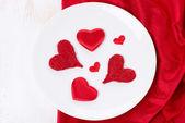 Platte mit verschiedenen roten herzen, konzept, ansicht von oben — Stockfoto