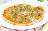 Tavuk ve sebze pizza — Stok fotoğraf