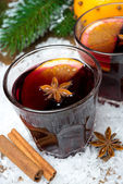 Spicy mulled wine in glasses on the snow, close-up — Foto de Stock