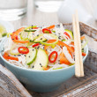 Thai salad with vegetables, rice noodles and chicken in a bowl — 图库照片