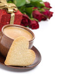 Coffee, cookie in the shape of heart, gift and roses — Stock Photo