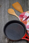 Empty frying pan, wooden spoon and spatula, concept — Stockfoto