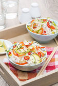 Thai salad with vegetables and chicken — Stockfoto